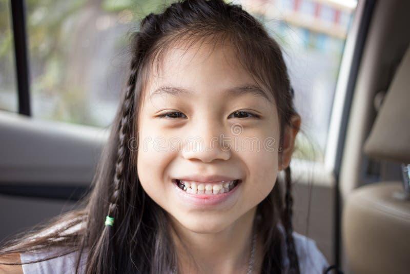 与她的断牙的小的逗人喜爱的女孩微笑 免版税库存照片
