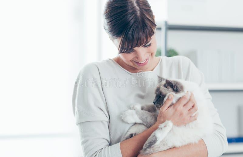 与她的猫的宠物所有者 免版税图库摄影