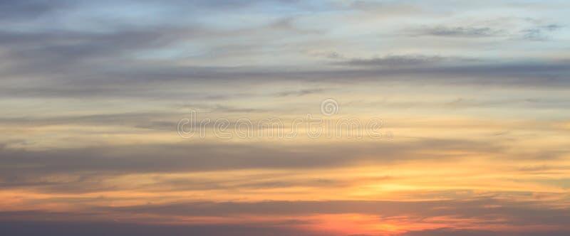 与好的日落云彩的天空背景 免版税库存照片