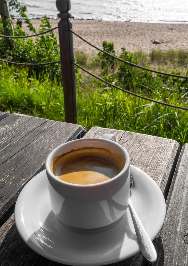 与好的看法海,风景的热的咖啡在好日子 库存照片