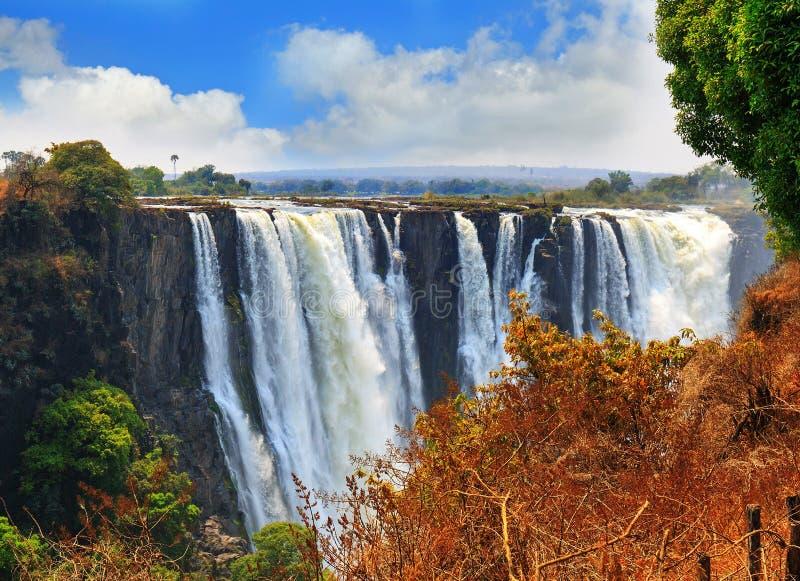 与好的蓝色多云天空的Mosi-o-tunya维多利亚瀑布在津巴布韦,南部非洲 免版税库存照片