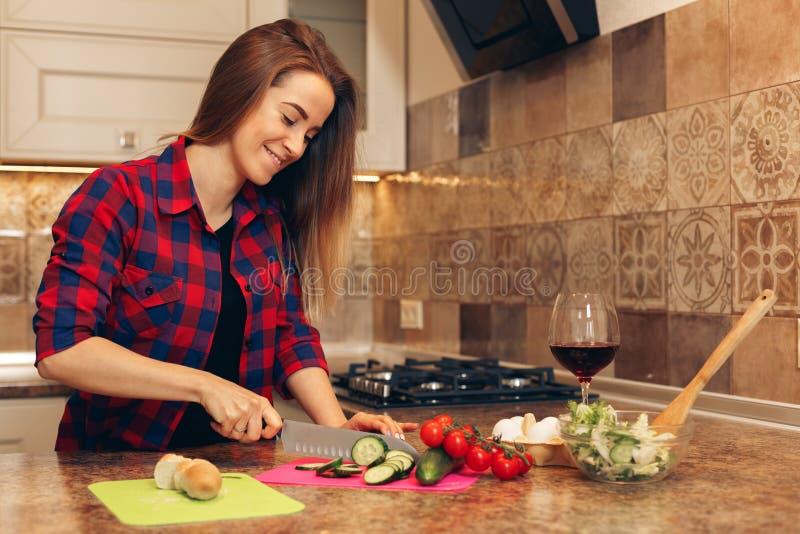 与妇女烹调的健康吃生活方式概念 免版税库存图片