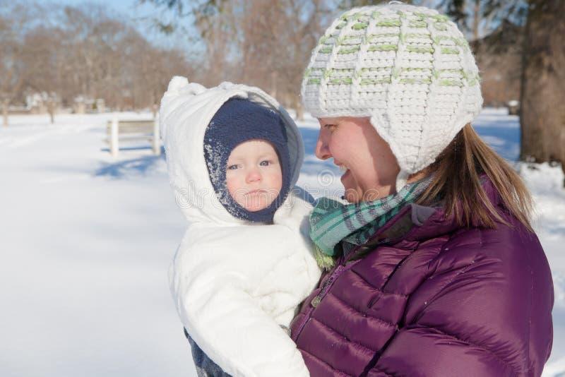 与妈妈的冬天步行 免版税库存照片