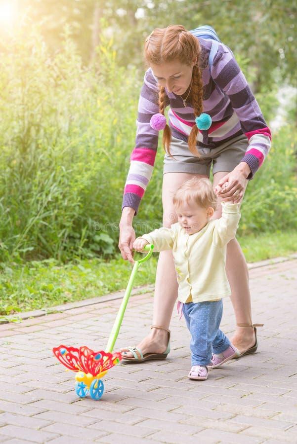 与妈妈的婴孩第一步 免版税库存图片