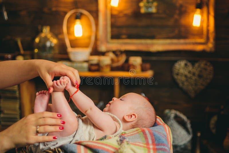 与妈妈的Cutie 家庭 育儿 儿童的日 有逗人喜爱的面孔的小女孩 做父母的 童年和幸福 免版税库存图片