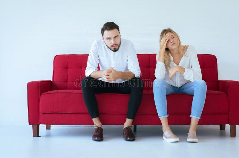 与妻子冲突和乏味夫妇的丈夫争吵在家,消极情感,复制文本的,家庭问题空间 免版税库存图片