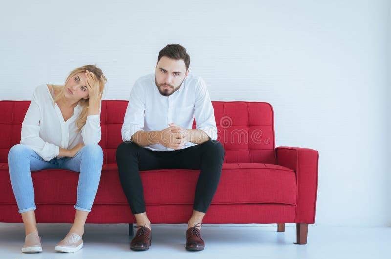 与妻子冲突和乏味的夫妇的丈夫争吵在家,消极情感,复制文本的空间 图库摄影