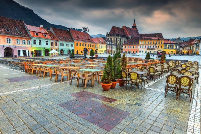 与委员会正方形的美妙的市中心在布拉索夫,特兰西瓦尼亚,罗马尼亚 库存照片