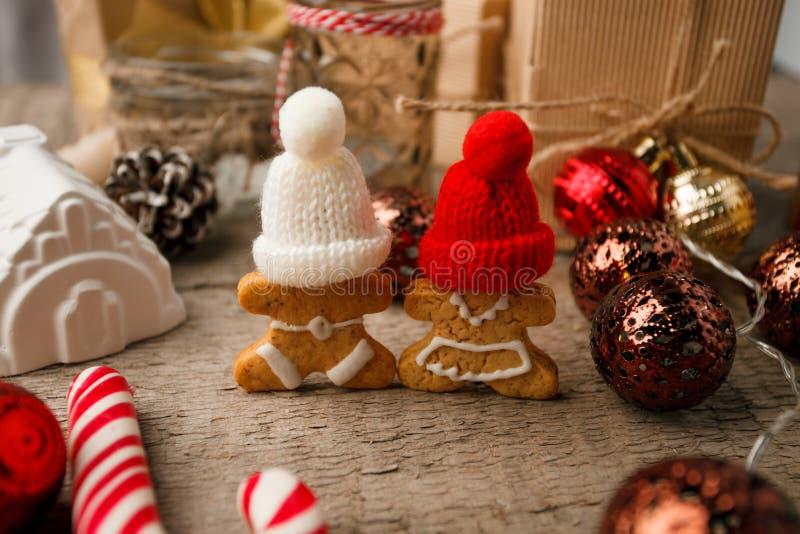 与姜饼人,棒棒糖,礼物盒,欢乐装饰玩具的圣诞装饰 Hygge土气xmas装饰背景 免版税库存照片