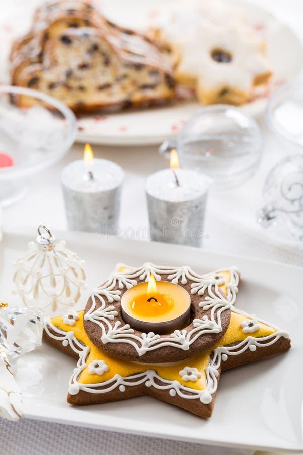 与姜饼蜡烛的圣诞节桌 免版税库存照片