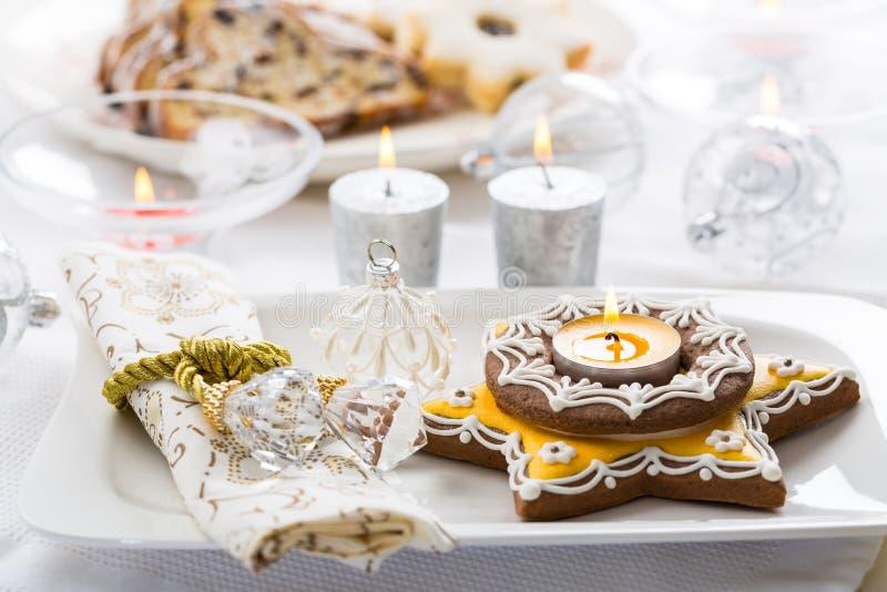 与姜饼蜡烛的装饰的圣诞节桌 图库摄影
