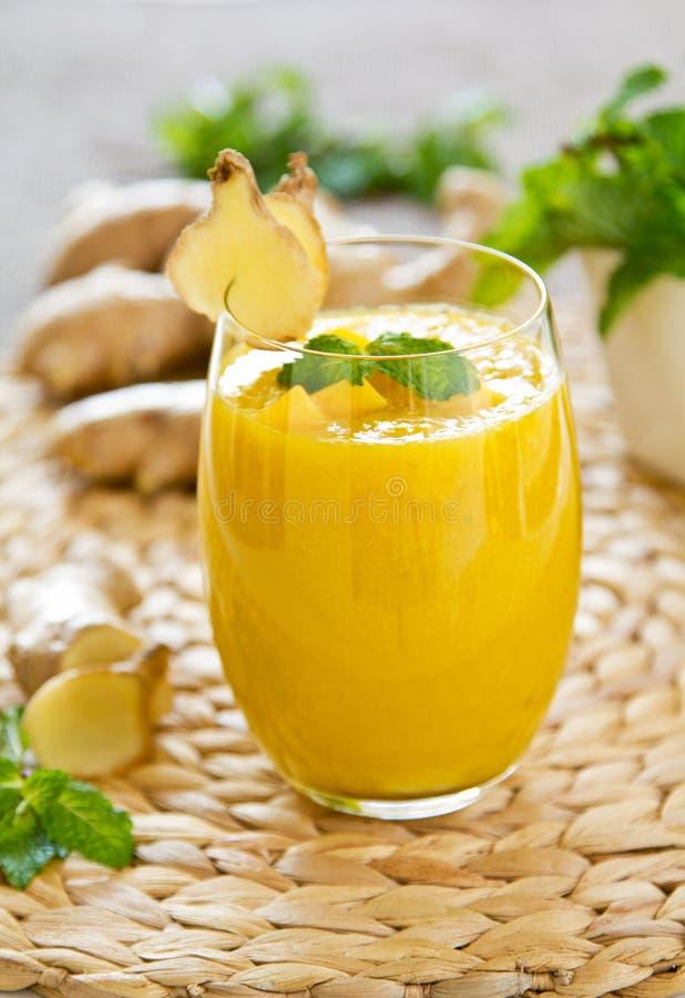 与姜smoothiie的芒果 免版税库存图片