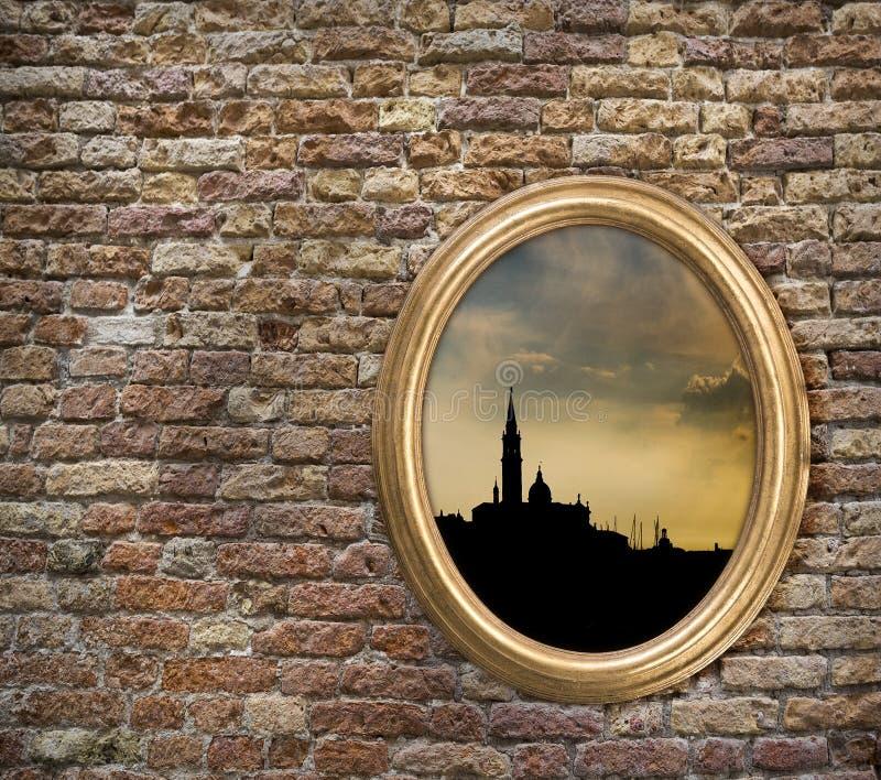 与威尼斯剪影的葡萄酒框架在一个老砖墙上的 免版税库存照片