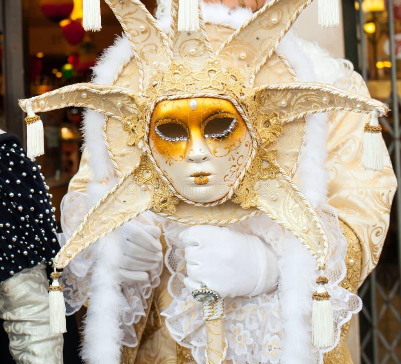 与威尼斯式狂欢节面具的君权塑造了太阳 库存图片