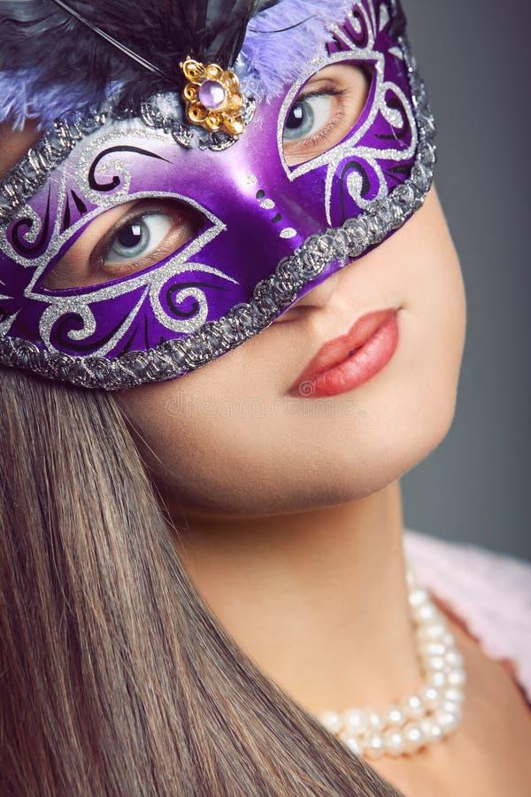 与威尼斯式面具的秀丽画象 免版税库存照片