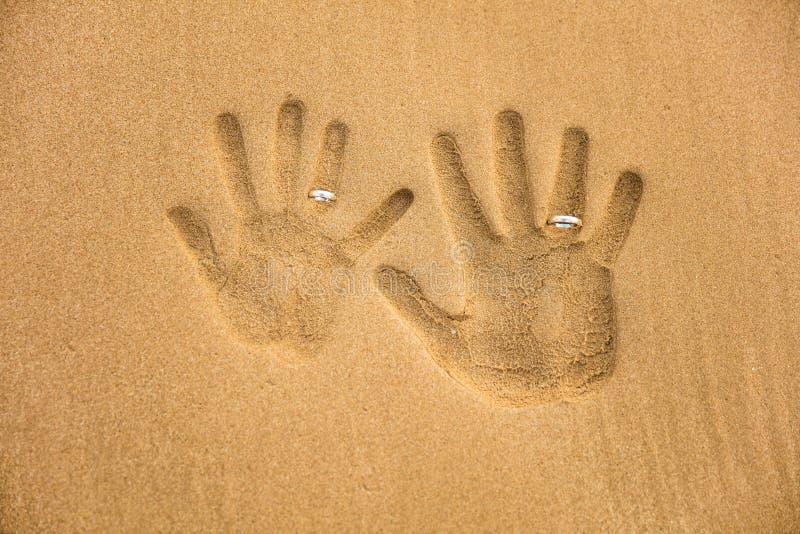 与婚戒的爱handprint 免版税图库摄影