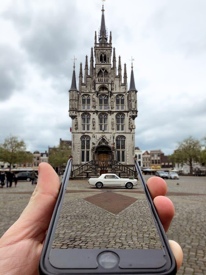 与婚礼汽车的荷兰扁圆形干酪城市 免版税库存图片