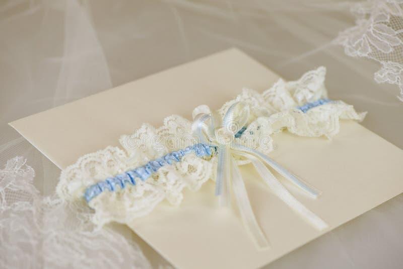 与婚礼袜带的婚礼邀请 库存图片