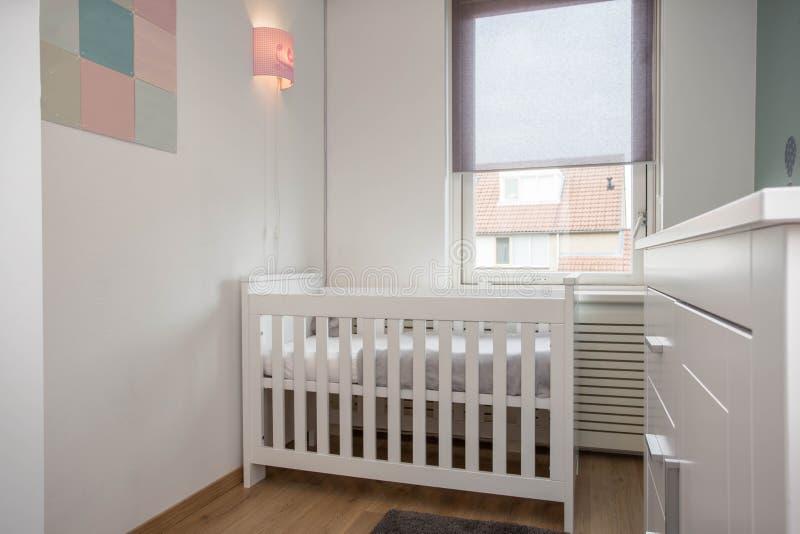 与婴孩小儿床的婴孩室内部现代样式 免版税库存图片