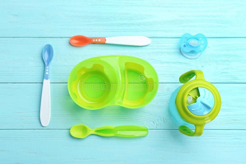 与婴孩碗筷的平的位置构成食物的 免版税库存图片
