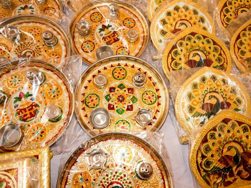 与孔雀和花设计的美丽的pooja thali 图库摄影