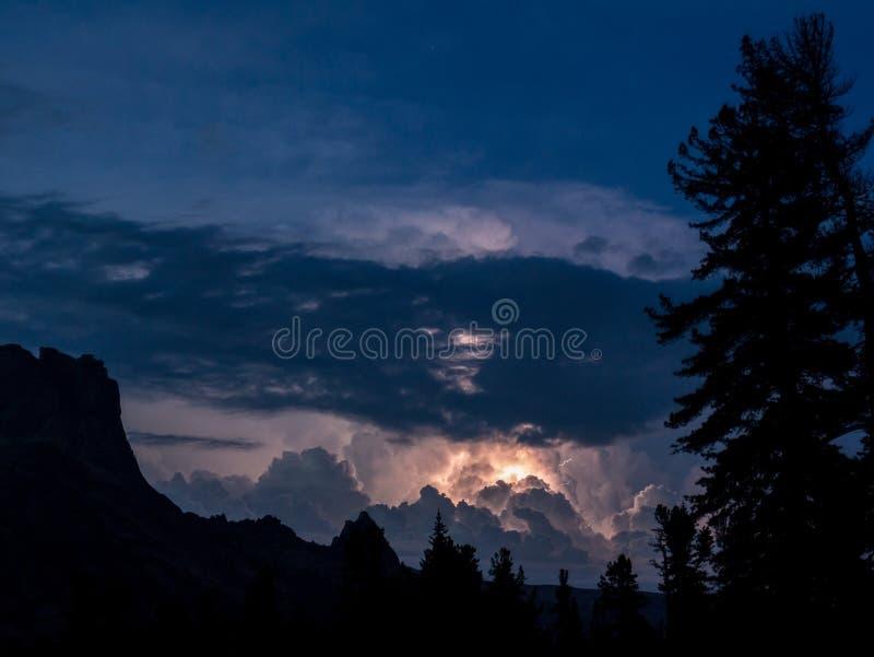 与孕腹轻松的雷暴和在喀尔巴阡山脉的剧烈的云彩 免版税图库摄影