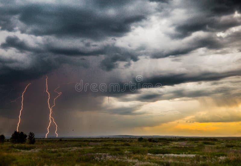 与孕腹轻松螺栓和黑暗的喜怒无常的天空的雷暴 免版税库存图片