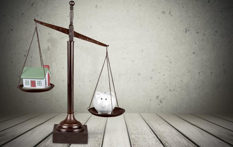 与存钱罐和房子的法律标度在桌上 向量例证