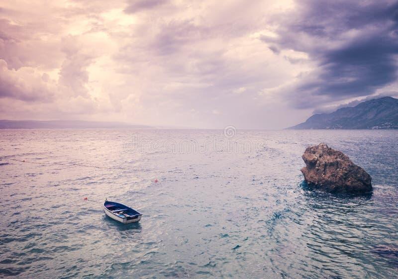 与孤立小船的美好的海景 免版税库存照片