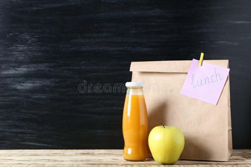 与学校午餐的纸袋 免版税库存照片