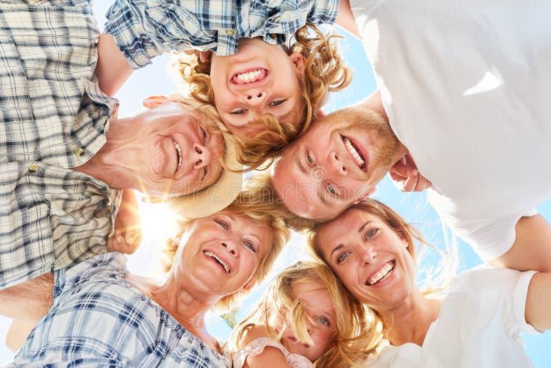 与孩子和祖父母的大家庭 图库摄影