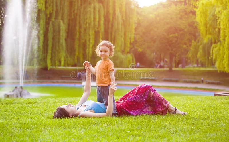 Download 与孩子的妈妈戏剧 库存图片. 图片 包括有 室外, 幸福, 人力, 喷泉, 关心, 婴孩, 愉快, 教育 - 72353811