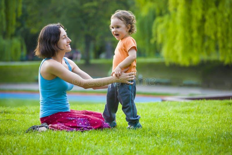 Download 与孩子的妈妈戏剧 库存照片. 图片 包括有 男朋友, 妈妈, 母亲, 生活方式, 比赛, 子项, 绿色, 孩子 - 72354834