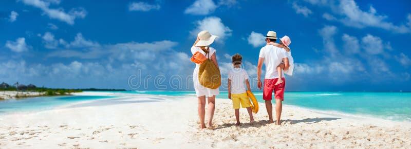 与孩子的家庭海滩假期 库存图片