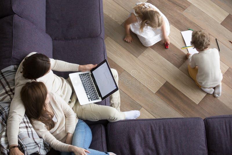 与孩子的已婚夫妇在客厅 免版税库存图片