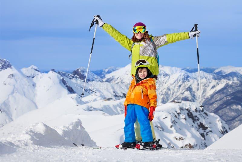 与孩子的愉快的冬天滑雪假期 免版税库存图片