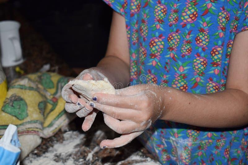 与孩子的烹调夜 库存图片