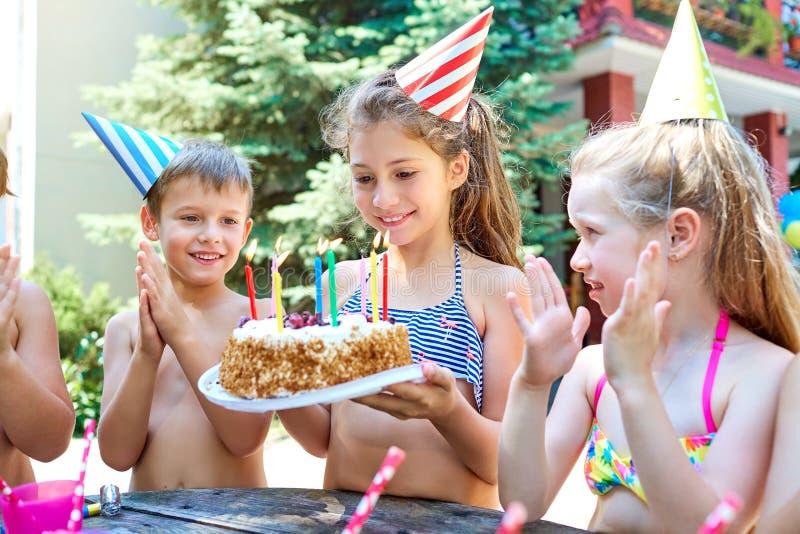与孩子的生日帽子的在夏天 库存图片