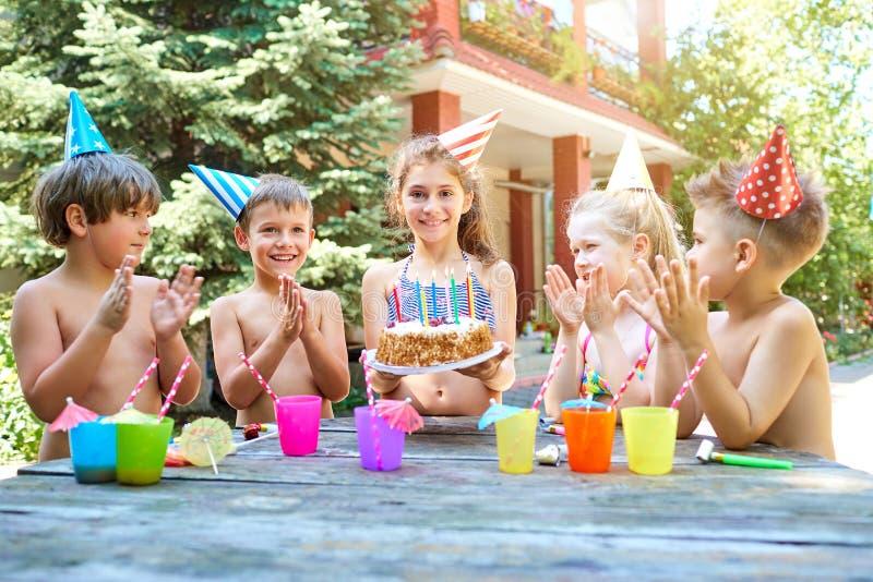 与孩子的生日帽子的在夏天 免版税库存照片