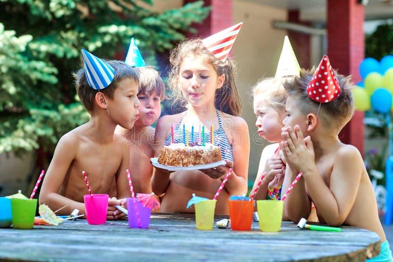 与孩子的生日帽子的在夏天 库存照片