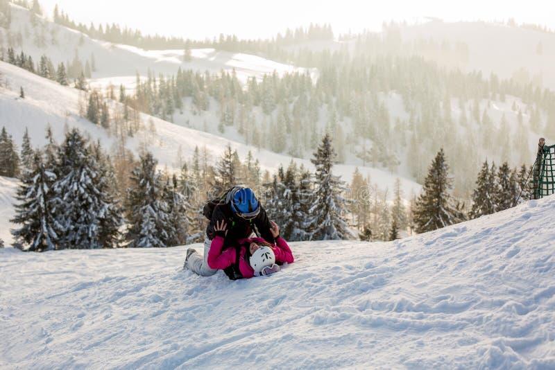 与孩子的美丽的家庭,滑雪在奥地利人的一个风景区域 库存照片