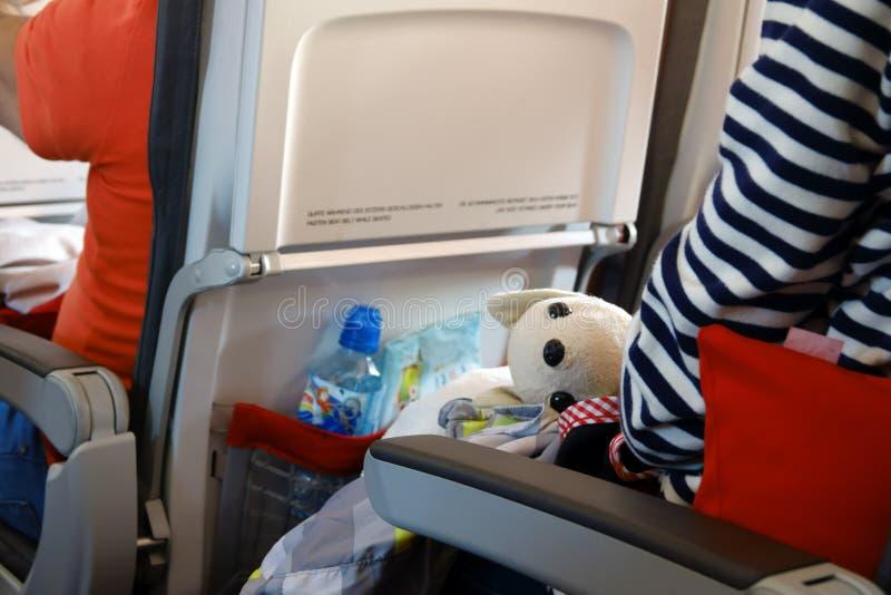 与孩子的航空旅行 与婴孩的Jorney 人在与玩具的一把飞机椅子坐 免版税库存图片