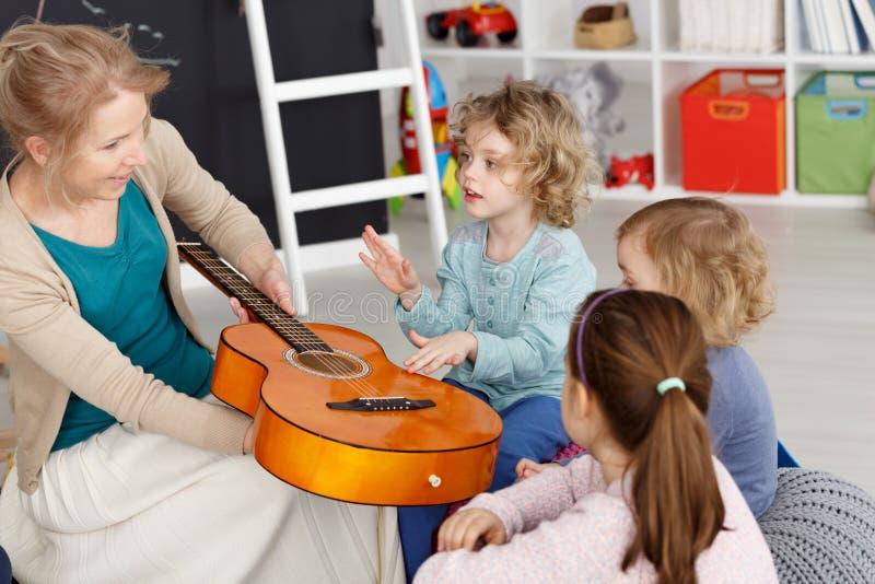 与孩子的音乐课 免版税库存照片