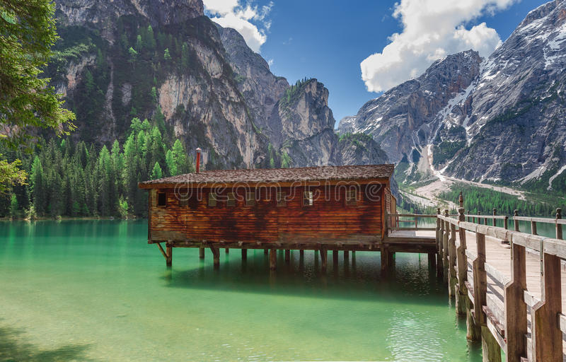 与它的船库的Pragser wildsee 图库摄影