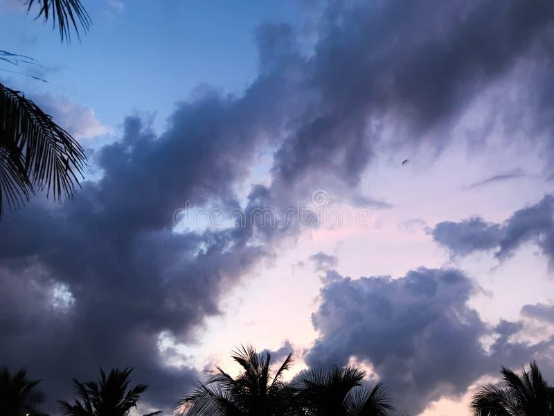 与宇宙云彩的蓝色和桃红色天空 库存照片