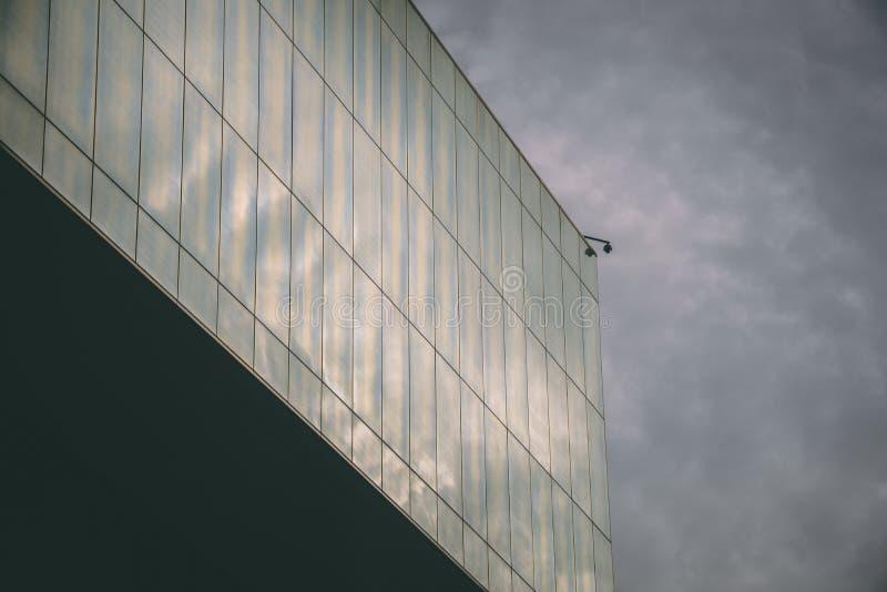 与安全监控相机的高科技大厦 库存照片