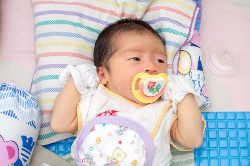 与安慰者的婴孩睡眠 免版税库存照片