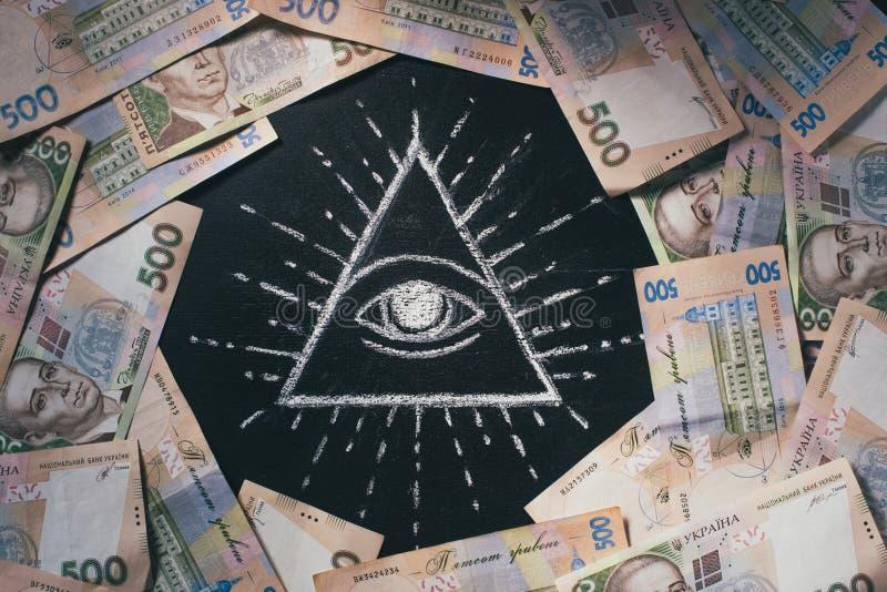 与安排的平的位置500张hryvnia钞票在被吸引的上帝的眼睛附近 免版税库存照片