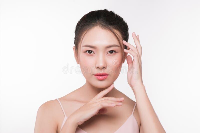与完善的新鲜的干净的皮肤的亚洲妇女画象 面部款待 库存照片