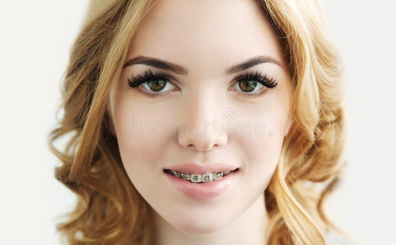 与完善的新鲜的皮肤、长的睫毛和牙的秀丽模型 免版税图库摄影